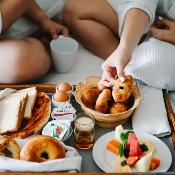 couple-eating-breakfast-on-the-bed-3575143